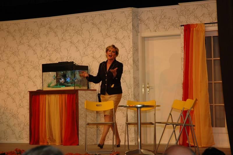 """Melanie Witten (Petra Schumann) trifft in der Diätklinik """"Zum schlanken Reh"""" ein."""