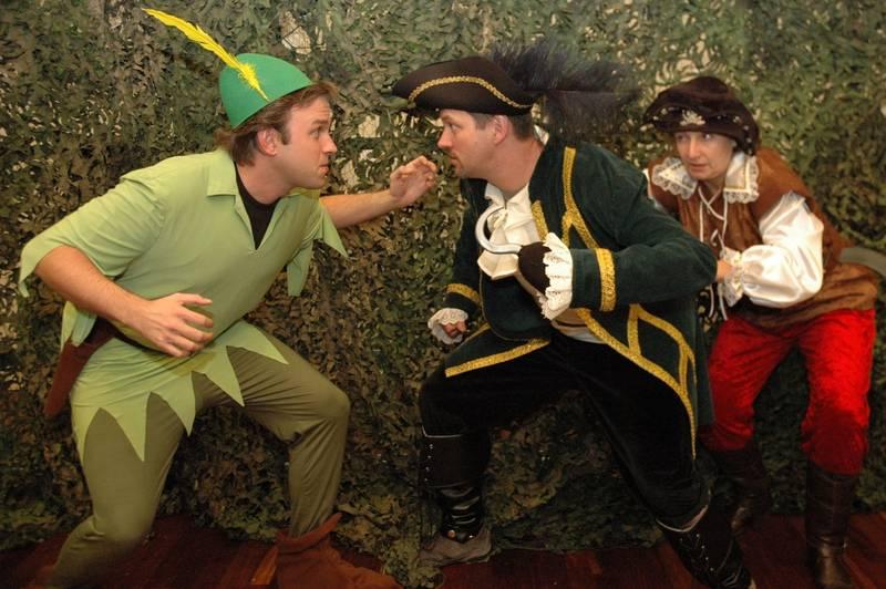 Probenfoto: Peter Pan kämpft mit Hook und seinem Leichtmatrosen.
