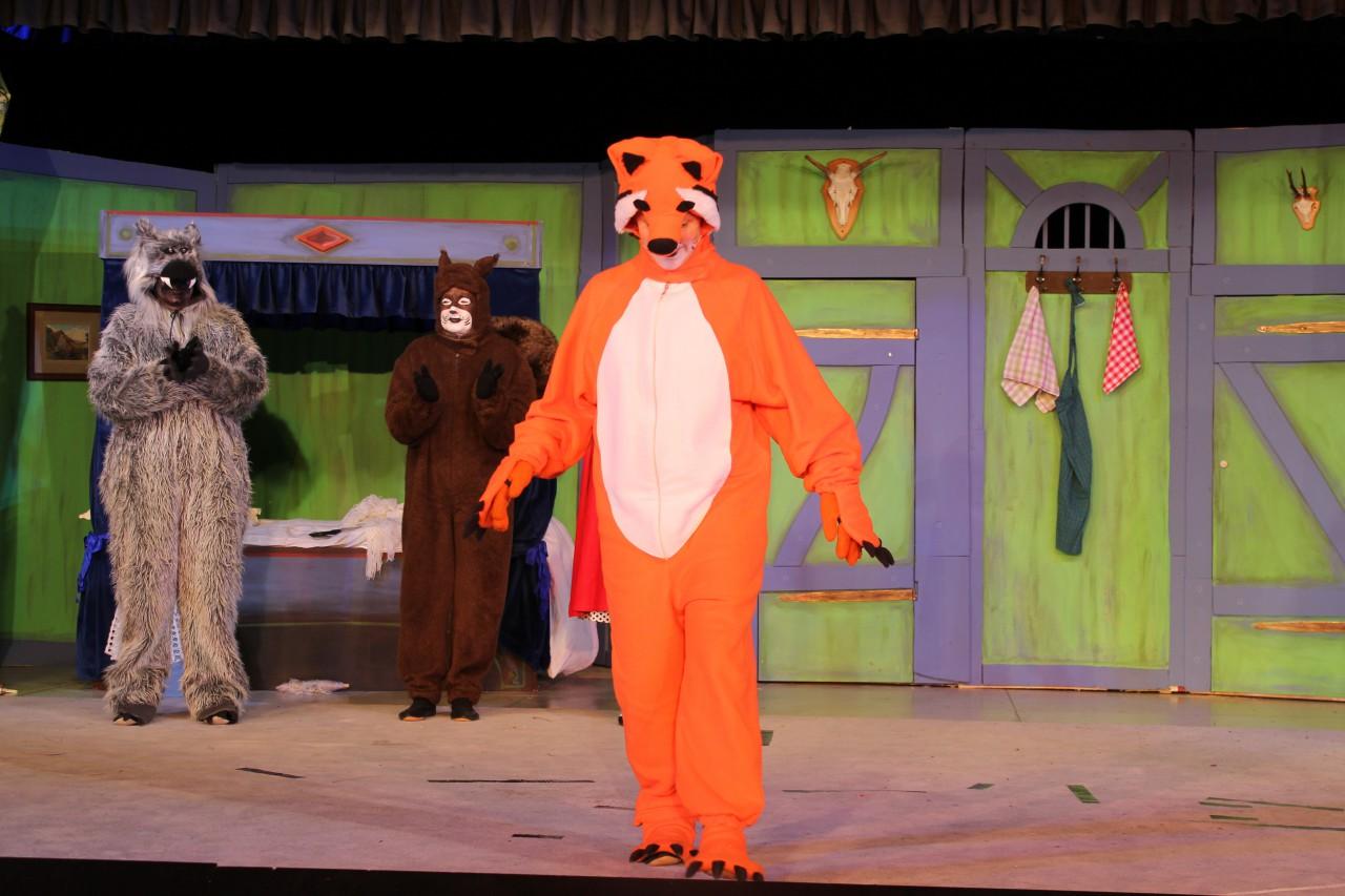 Der listige Fuchs wunderbar hinterhältig gespielt von Susanne Powarzynski