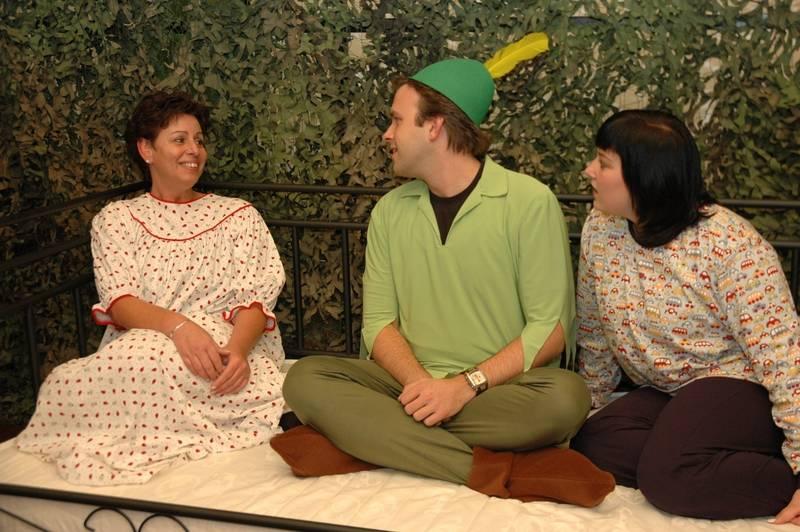 Probenfoto: Peter macht es sich mit Wendy und ihren Brüdern im Bett gemütlich.